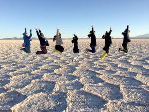 乾季のウユニ塩湖でみんな揃ってジャンプ!