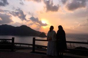 五島の美しい夕陽。左から山田菜々と藤江れいな ©TBS