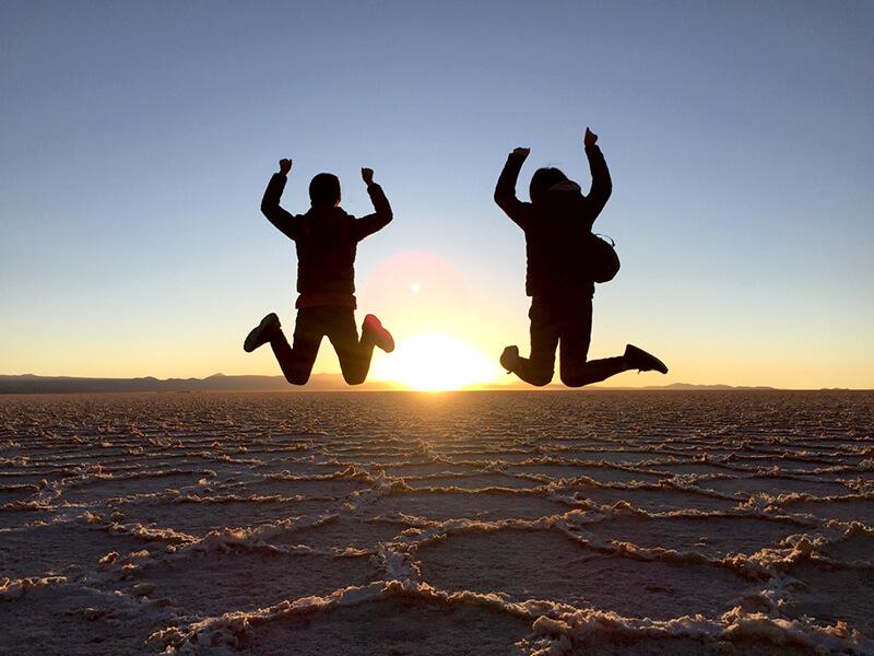乾季のウユニ塩湖でジャンプ!