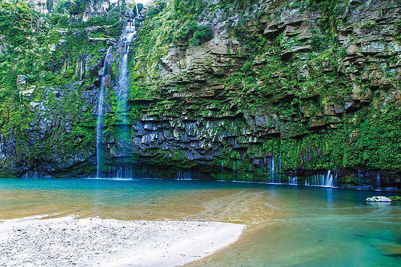 雄川の滝と白い砂地