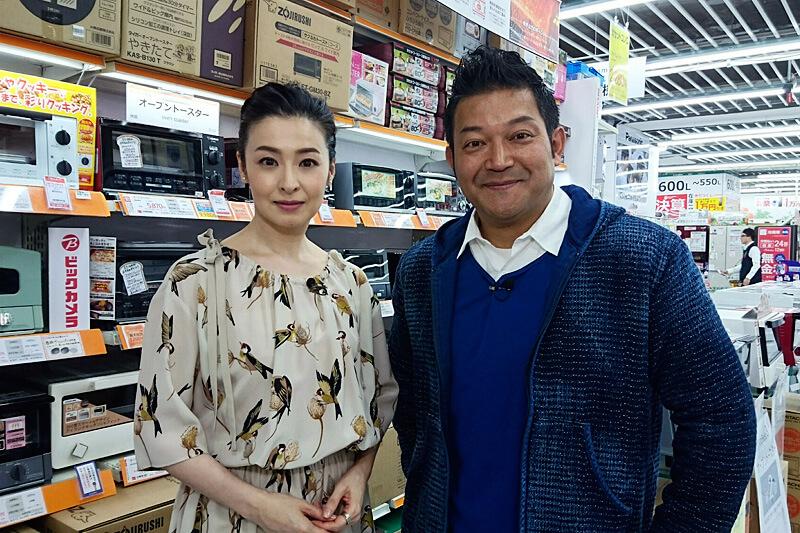 家電量販店でトースターを吟味。山口智充、檀れい ©関西テレビ