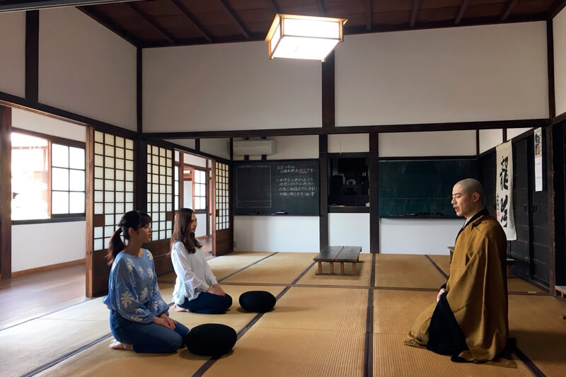 興聖寺にて。左から矢作穂香、山賀琴子。 ©TBS