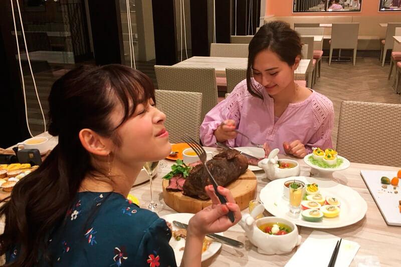 極上ディナー。左から矢作穂香、山賀琴子。 ©TBS