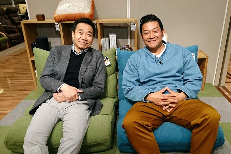 座椅子を求めてお買い物。山口智充、三宅裕司 ©関西テレビ