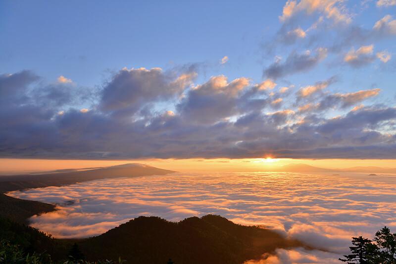 津別峠の朝焼けと雲海