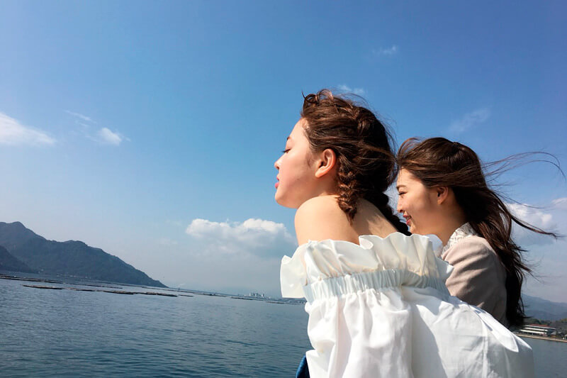 安芸の宮島へ。左から加藤ナナ、上西星来 ©TBS