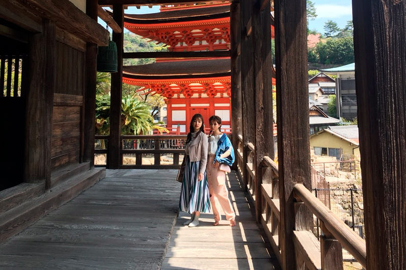 豊国神社。左から上西星来、加藤ナナ ©TBS