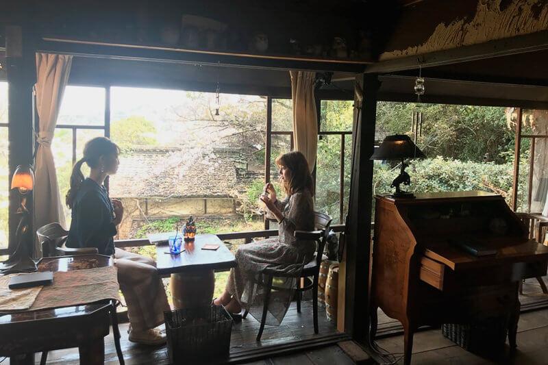 カフェ「梟の館」。左から上西星来、加藤ナナ。 ©TBS
