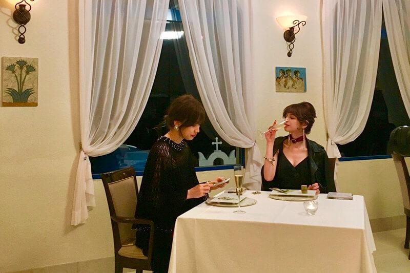 ディナー。左から山本ソニア、瑛茉ジャスミン ©TBS