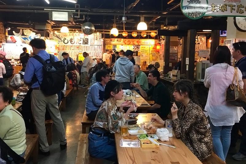 ひろめ市場。左から瑛茉ジャスミン、山本ソニア ©TBS