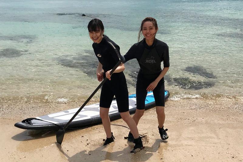 SUPに挑戦。左から野崎智子、樽葉ももな ©TBS
