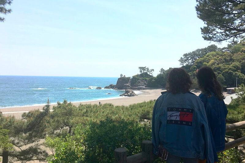 桂浜。左から瑛茉ジャスミン、山本ソニア ©TBS