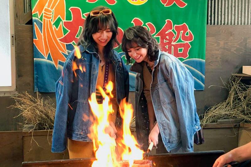 鰹を藁焼きに。左から瑛茉ジャスミン、山本ソニア ©TBS