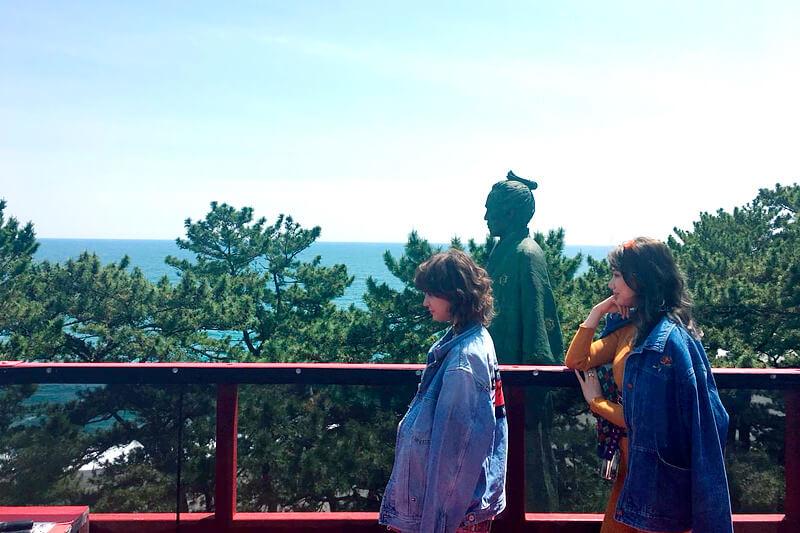 坂本龍馬像。左から瑛茉ジャスミン、山本ソニア ©TBS