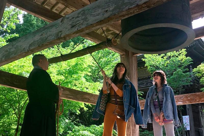 竹林寺。左から瑛茉ジャスミン、山本ソニア ©TBS