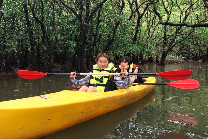 カヌーでマングローブの森へ。手前から樽葉ももな、野崎智子 ©TBS