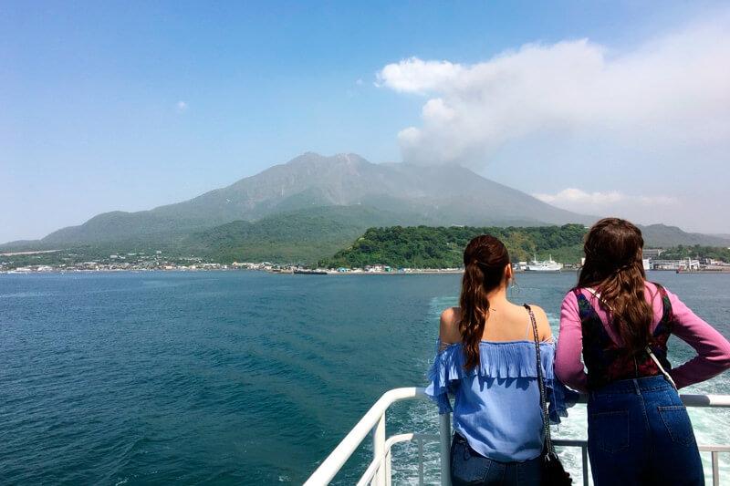 鹿児島。左からNiki、藤井サチ ©TBS