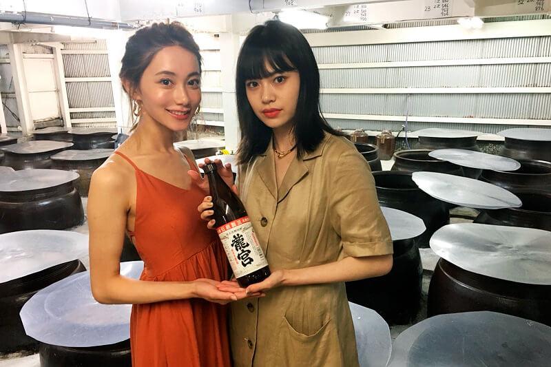 「黒糖焼酎」の酒蔵。左から樽葉ももな、野崎智子 ©TBS