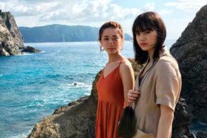 鹿児島県の奄美大島。左から樽葉ももな、野崎智子 ©TBS