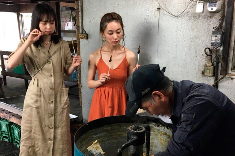 黒糖作り。左から野崎智子、樽葉ももな ©TBS
