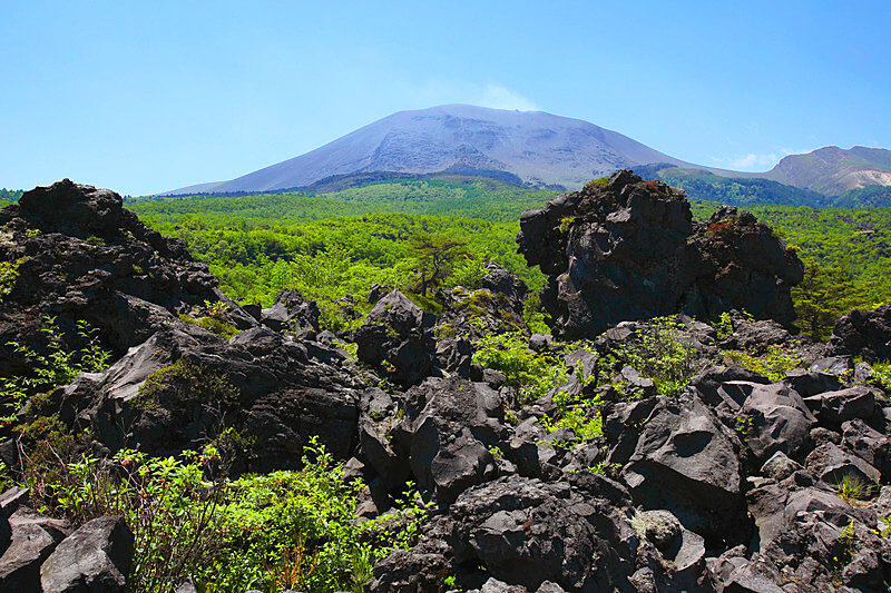 意外なフォトジェニックスポット!? 黒い溶岩が珍しい群馬県の嬬恋村「鬼押出し園」へ出かけよう!