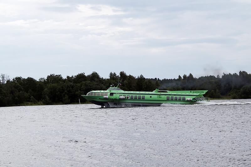 キジ島に行く水中翼船