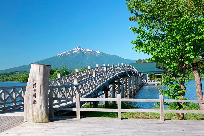 鶴がモチーフの日本一長い木造の三連太鼓橋、青森県「鶴の舞橋」で日本の絶景を感じよう