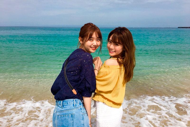 白良浜。左から江野沢愛美、志田友美 ©TBS