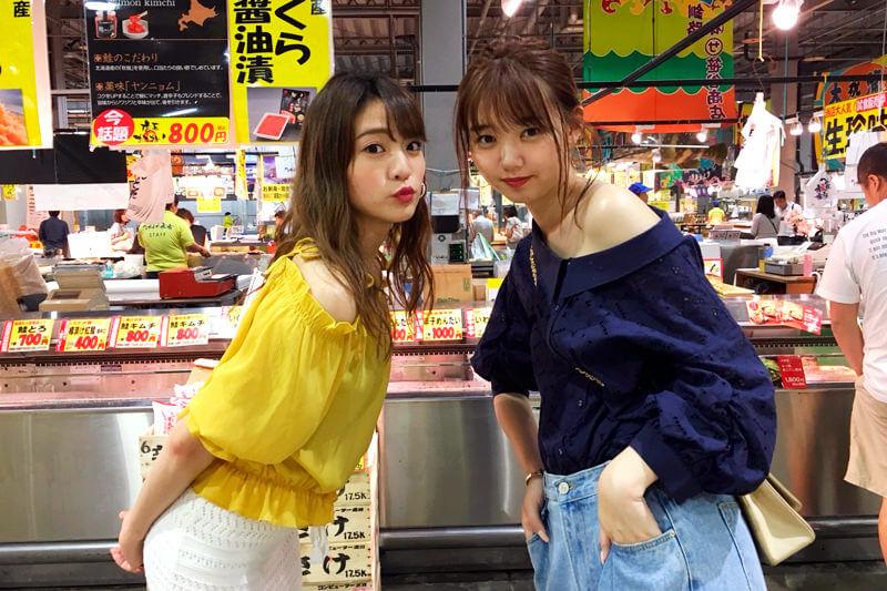 とれとれ市場。左から志田友美、江野沢愛美 ©TBS