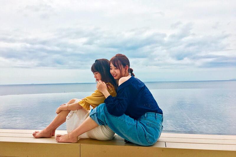 SHIRAHAMA KEY TERRACE。左から志田友美、江野沢愛美 ©TBS