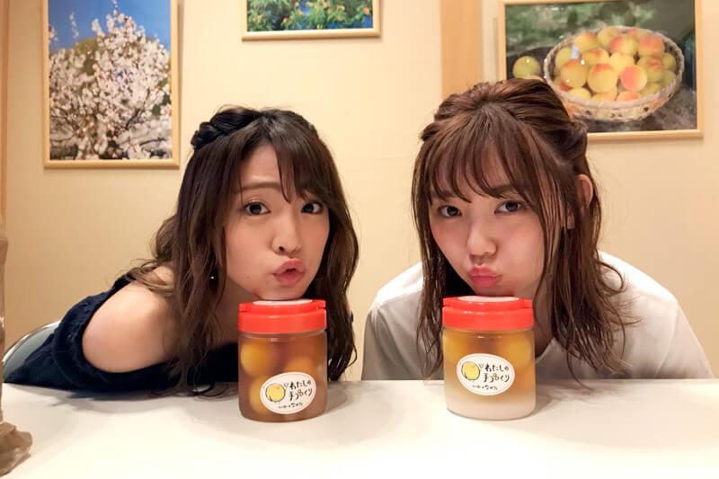 中田食品。左から志田友美、江野沢愛美 ©TBS