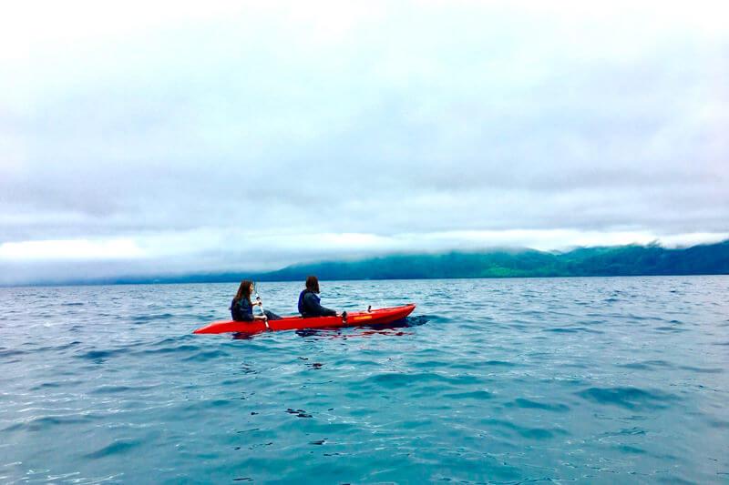 支笏湖。岡崎紗絵、谷川りさこ ©TBS