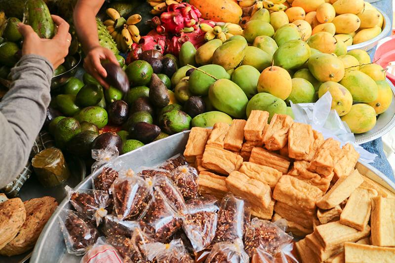 市場で売られているフルーツ