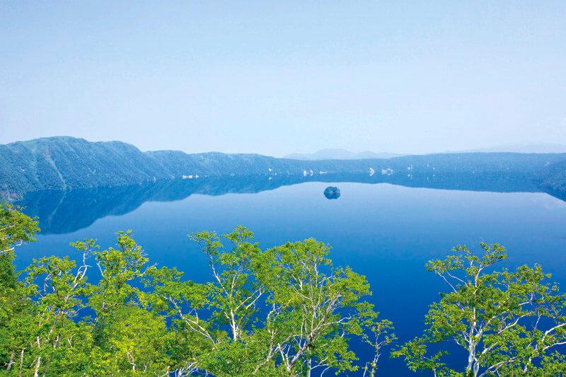 """透明度日本一の湖!北海道「摩周湖」と「神の子池」の""""摩周ブルー""""に染まろう!"""