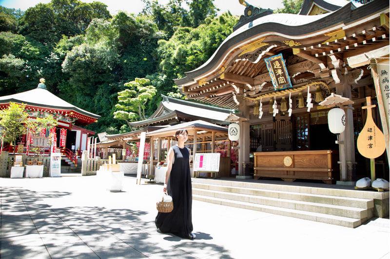江島神社の辺津宮(右)と奉安殿(左)