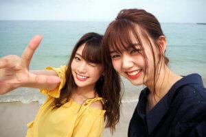 南紀白浜。左から江野沢愛美、志田友美 ©TBS