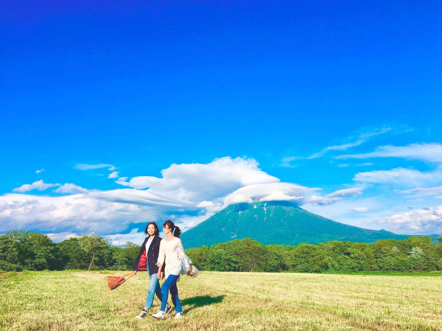 北海道の大自然。左から谷川りさこ、岡崎紗絵 ©TBS