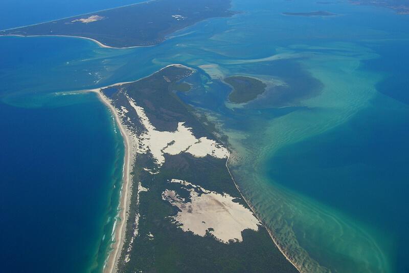 野生イルカの餌付けにジュゴンクルーズ♪オーストラリアの美しい砂の島「モートン島」で癒される!