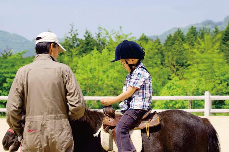 乗馬を体験する子供