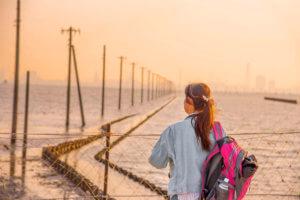 江川海岸に佇む女性