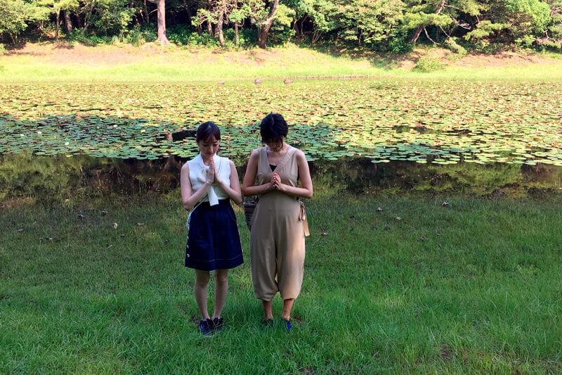 みそぎ池。左から團遥香、渡辺早織 ©TBS