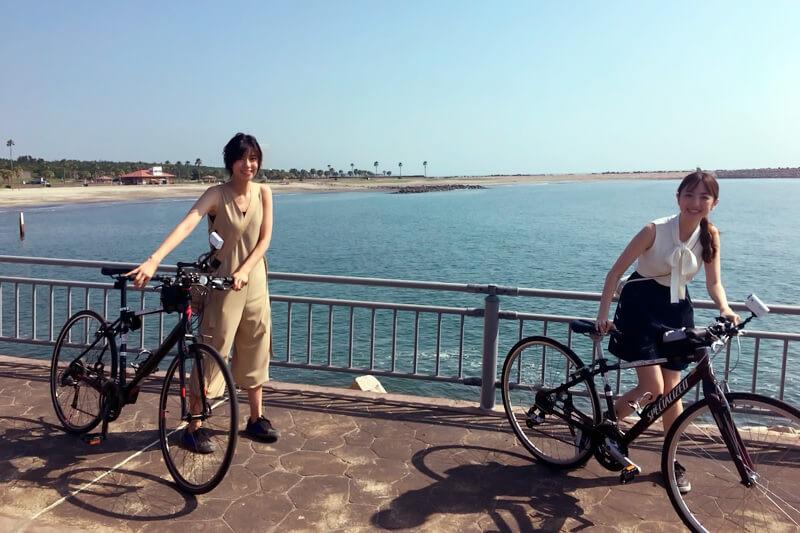 サイクリング。左から渡辺早織、團遥香 ©TBS