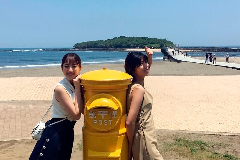 幸せの黄色いポスト。左から團遥香、渡辺早織 ©TBS
