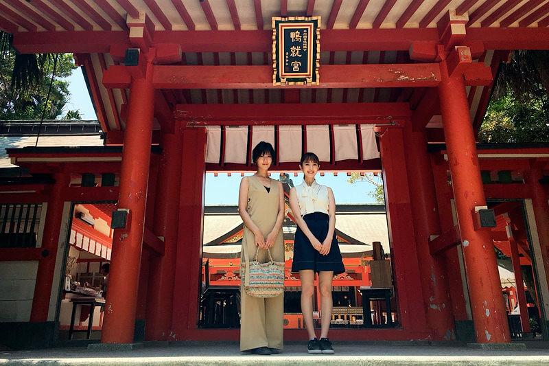 青島神社。左から渡辺早織、團遥香 ©TBS