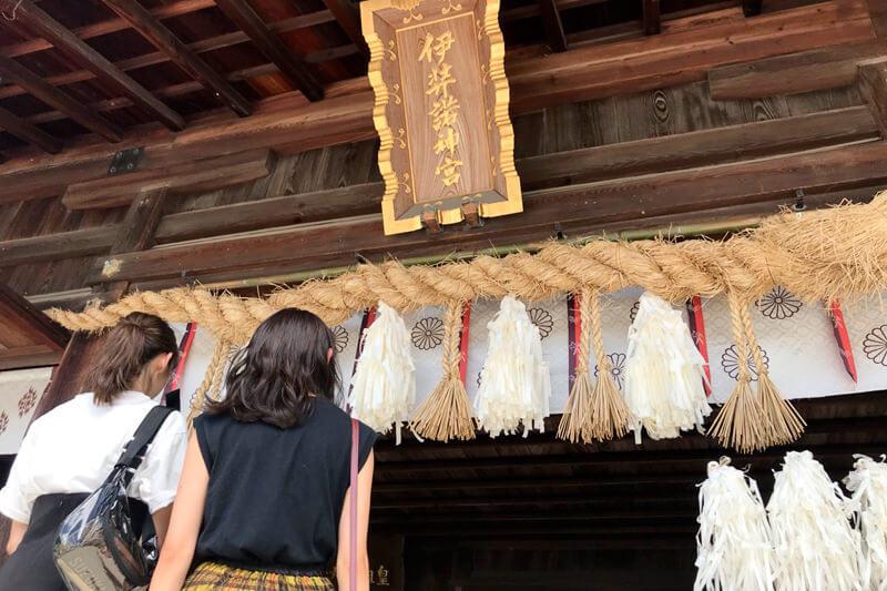 伊弉諾神宮。左から鈴木優華、田辺かほ ©TBS