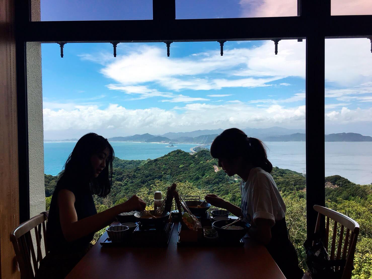 絶景レストランで「うにしゃぶ」。左から田辺かほ、鈴木優華 ©TBS