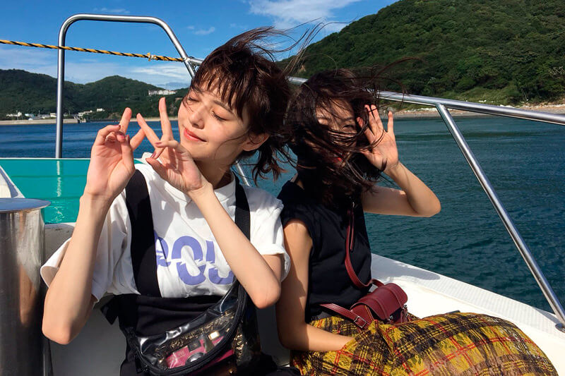 淡路島、鳴門海峡へ。左から鈴木優華、田辺かほ ©TBS