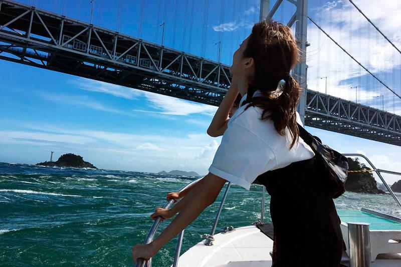 鳴門海峡。手前から鈴木優華、田辺かほ ©TBS