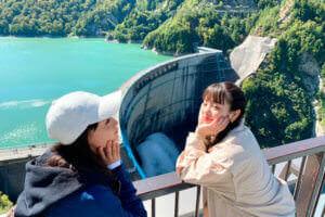 黒部ダム。左から大友花恋、横田真悠 ©TBS