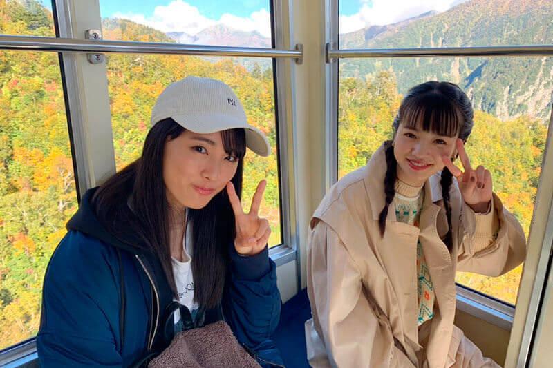 ロープウェイ。左から大友花恋、横田真悠 ©TBS